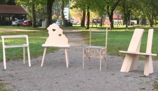 Stol z zgodbo